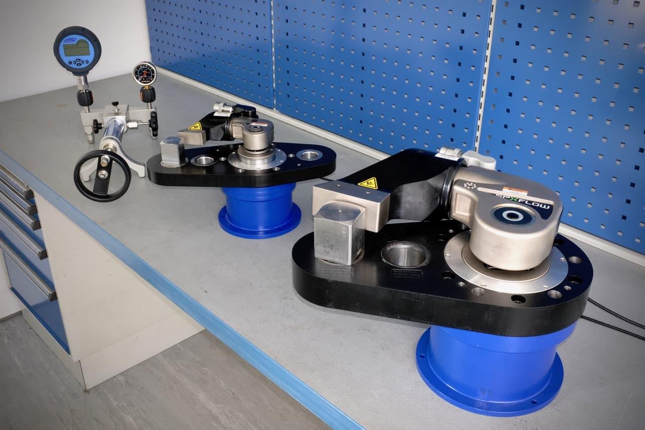 Norbarin mittalaitteita hydraulisille vääntimille ja taustalla mittarin kalibrointilaite